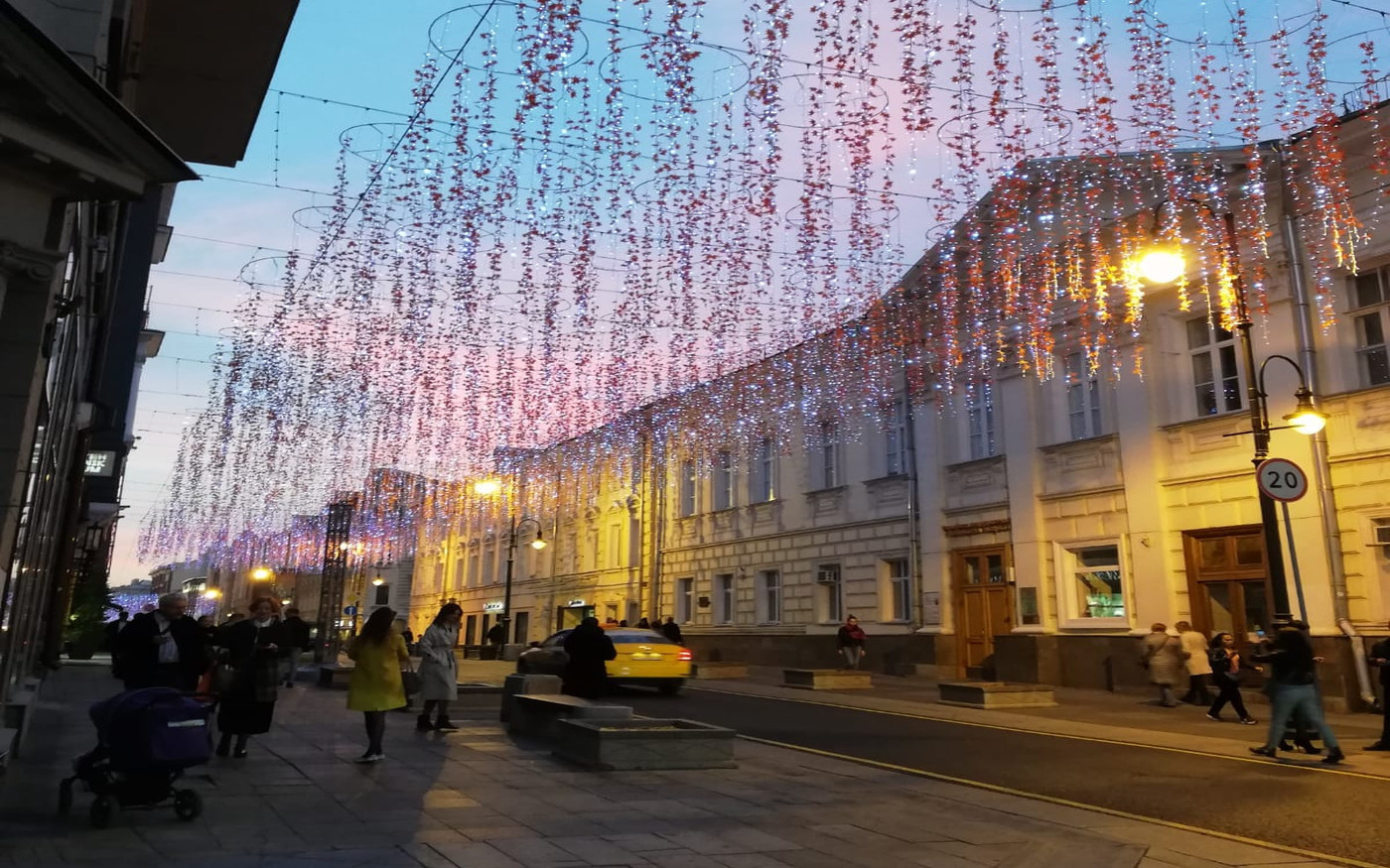 Die Pracht der Straßendekoration in der Nikolska-Straße in Moskau