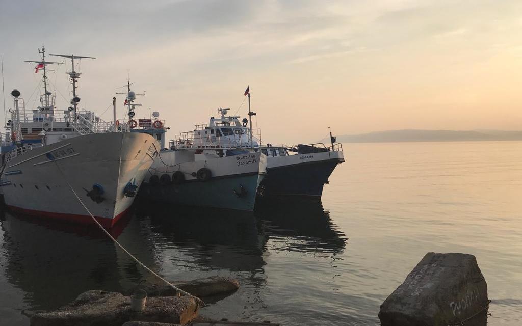 Festgemachte Schiffe am Baikalsee