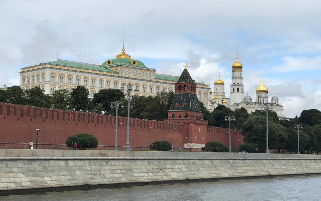 Großer Kremlpalast während einer Flussfahrt auf der Moskwa