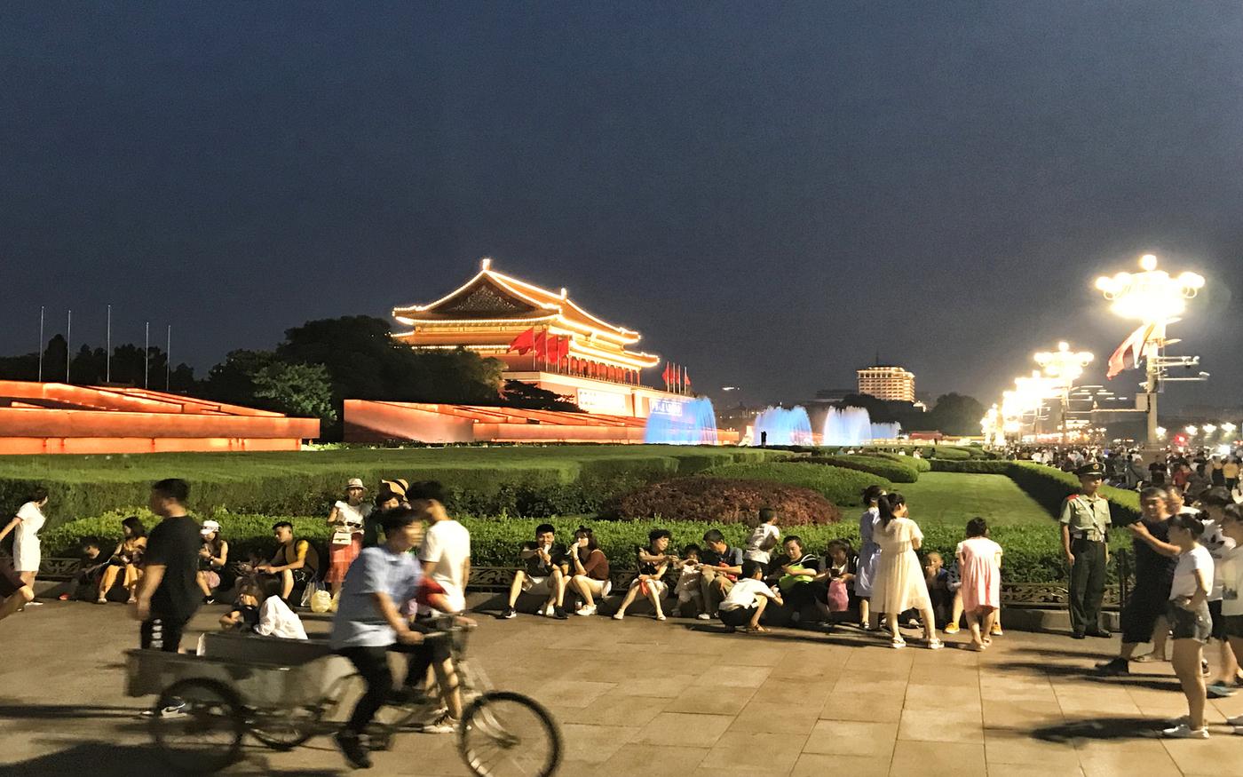 Peking am Abend - beleuchtet und lebendig