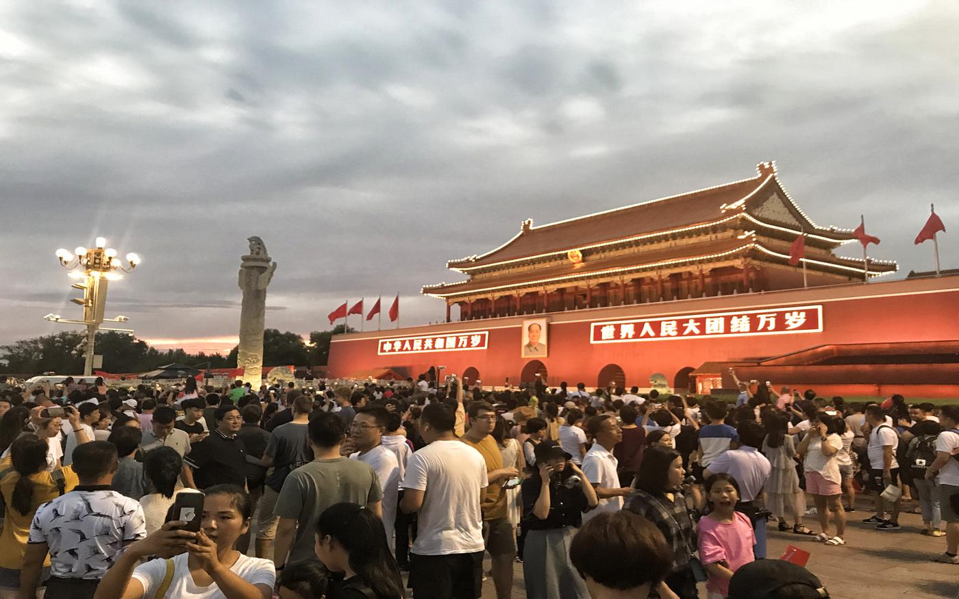 Menschenmenge vor dem Tor des Himmlischen Friedens