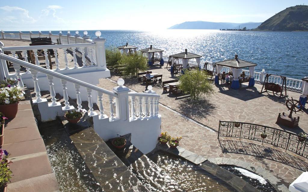 Terrasse des Hotels Baikallegend in Listwianka