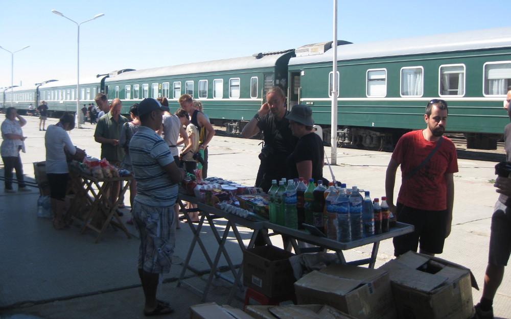 Kleiner Markt auf dem Bahnsteig