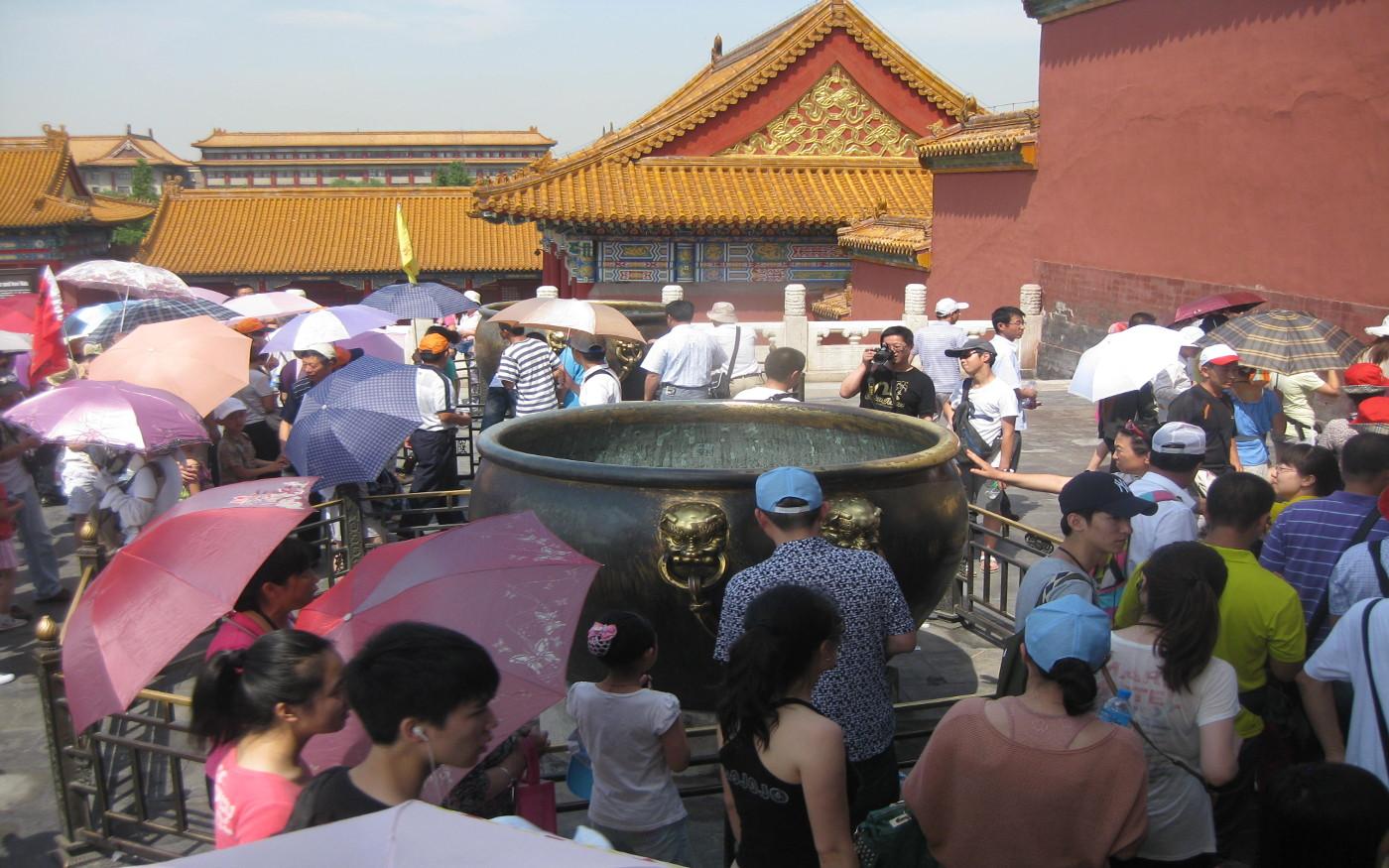Typisch bei einer Besichtigung der Verbotenen Stadt in Peking - zahlreiche Regen- und Sonnenschirme