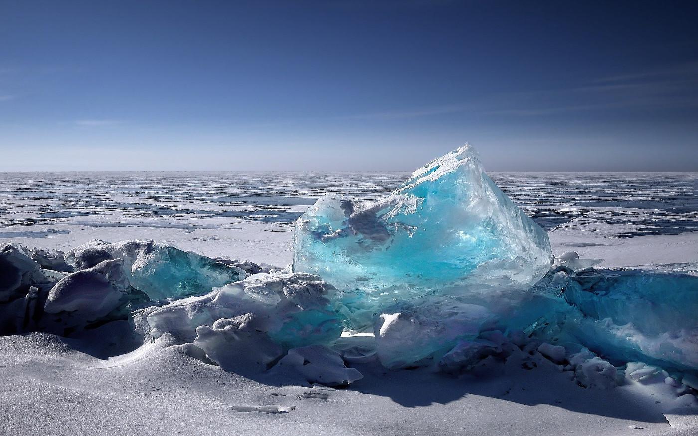 Zugefrorener Baikalsee im Winter