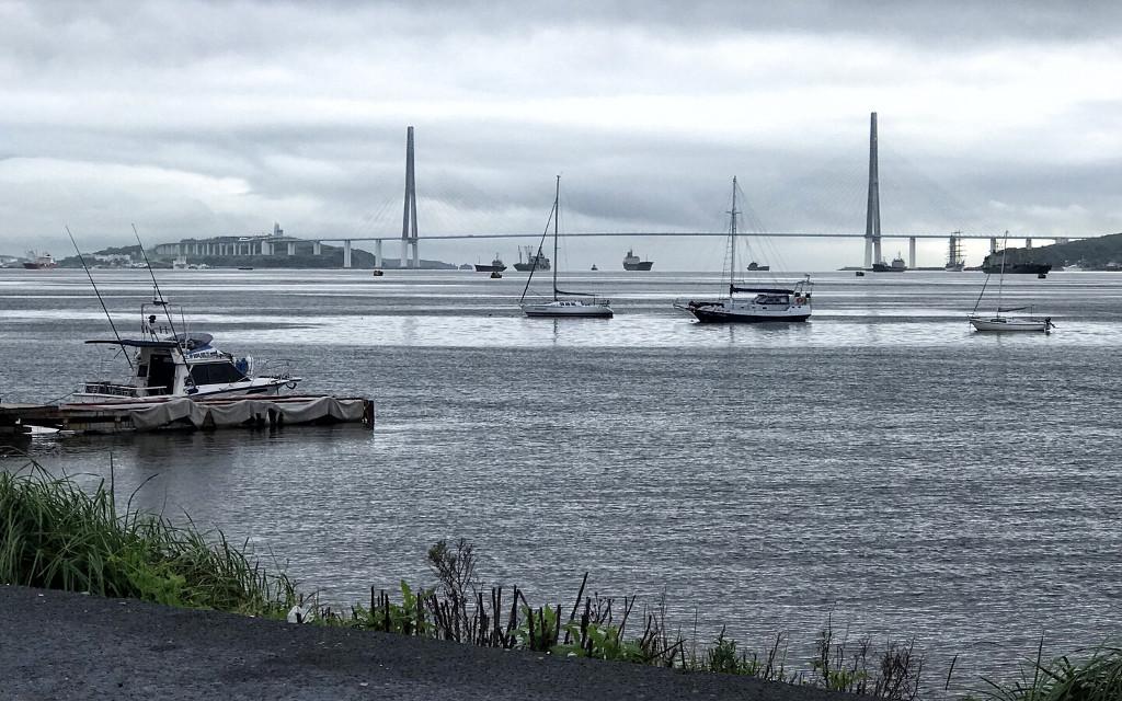Die Anna Bucht in Wladiwostok - Blick auf die gewaltige Russische Brücke